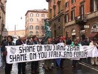Manifestazione davanti al Quirinale, in occasione della visita in Italia del presidente cinese Jiang Zemin. I manifestanti reggono uno striscione su c