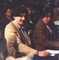 Ritratto di Marco Cappato (in primo piano a sinistra), nel corso di una non identificata assemblea dell'area radicale. Accanto, a destra: Alessandro M
