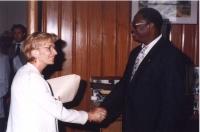 Emma Bonino, in qualità di commissario europeo, incontra il ministro della pesca del Senegal. Sullo sfondo, dietro la porta: Carlo Corazza.