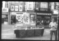 Provini. Immagini dell'attività di militanti belgi: un tavolo con le icone di Altiero Spinelli, Gandhi, Ernesto Rossi.