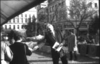 Provini. Marco Pannella distribuisce volantini presso un tavolo radicale.