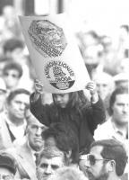 Una bambina sulle spalle del padre regge in alto un cartello con il logo del PR e della lista antiproibizionista. (BN) ottima