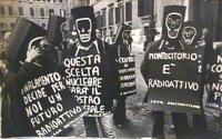 Manifestazione della lega antinucleare davanti a Montecitorio. I partecipanti hanno il volto coperto dal disegno di uno scheletro. Un manifestante por