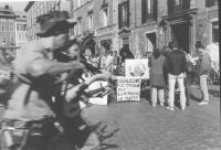 """""""banchetto antiproibizionista a Roma durante la campagna per le comunali '89. Logo lista antiproibizionista, cartello: """"""""legalizzare le droghe per sco"""