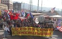 Manifestazione-marcia per la libertà in Kosovo, la democrazia in Serbia e l'incriminazione di Milosevich. Foto di gruppo, dall'alto, dei manifestanti