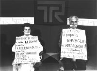 Tribuna Referendum RAI-TV. Emma Bonino e Marco Pannella imbavagliati durante la trasmissione, per protesta contro la censura televisiva sui referendum