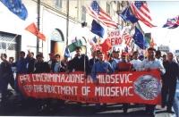 """Manifestazione-marcia per la libertà in Kosovo, la democrazia in Serbia e l'incriminazione di Milosevich. Manifestanti con lo striscione: """"Per l'incri"""