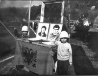 Commemorazione di due giovani di Podujeva uccisi dalla polizia il giorno della promulgazione della Costituzione del Kosovo.