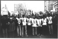 """Manifestazione di protesta contro la violenza serba a Drenica. Alcuni ragazzi schierati, ognuno indossando una lettera, compongono la scritta: """"Drenic"""