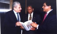Inter Governmental Caribbean Conference on the International Criminal Court. Cherif Bassiouni mostra lo Statuto del Tribunale Penale Internazionale, a