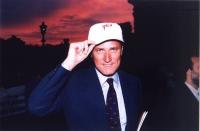 """Francesco Rutelli indossa il berretto """"Yes"""", per la campagna per l'istituzione immediata del Tribunale Penale Internazionale, in occasione della Confe"""