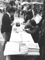 """""""Raccolta di firme: """"""""10 referendum contro il regime"""""""".Banchetto radicale a Campo de Fiori. Si riconosce Zanella (BN) buona"""""""