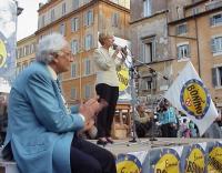 Comizio di chiusura della campagna elettorale europea della lista Bonino, a Campo dei Fiori. Marco Pannella, seduto sul palco, applaude Emma Bonino, i