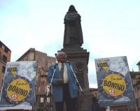Comizio di chiusura della campagna elettorale europea della lista Bonino, a Campo dei Fiori. Marco Pannella al microfono, sotto il monumento a Giordan