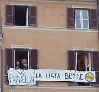 """Comizio di chiusura della campagna elettorale europea a Campo dei Fiori. Alcuni simpatizzanti, espongono da una finestra sulla piazza lo striscione: """""""
