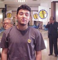 Ritratto di Simone Sapienza, giovanissimo militante del Pr e della lista Bonino. Sullo sfondo, in figura intera, il senatore della lista Pannella, Pie