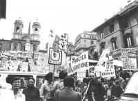 Marcia da p.za di Spagna a V.le Mazzini per le dimissioni del direttore generale della RAI Bernabei. P.za di Spagna folla di manifestanti con cartelli
