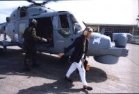 Emma Bonino, in qualità di Commissario Europeo, riesce a raggiungere in elicottero Freetown, capitale della Sierra Leone, per incontrare il presidente