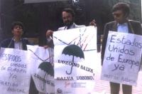 Andrea Tamburi (terzo a destra), Roachim Arce-Mateos (al centro) partecipa a una manifestazione per la salvaguardia dell'ozono e per gli Stati Uniti d