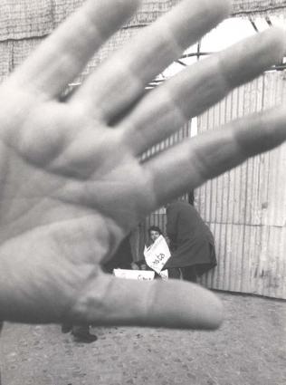 """Sit in contro il concordato a piazza S.Pietro. Una mano copre l'obiettivo, ma si riconosce Teodori per terra con un cartello al collo: """"""""basta… PR"""""""" m"""