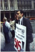 Andrea Tamburi, nel corso di una manifestazione a Roma, davanti alla sede del Governo. per chiedere il riconoscimento delle repubbliche di Croazia e S
