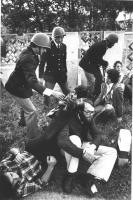 radicali contestano un corteo pacifista di giovani DC durante una festa dell'amicizia a Palmanova (Udine). Poliziotti tentano di far alzare i radicali