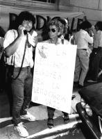 Bonino manifesta con cartello al collo contro il golpe in URSS del '91davanti all'ambasciata sovietica a Roma  (BN)
