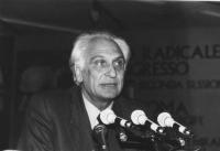 Pannella parla alla tribuna del 36° congresso II sessione. (BN)   3 copie