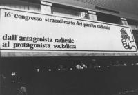 """16° congresso PR. Banner """"dall'antagonista radicale al protagonista socialista"""" con logo PR.  (BN)"""