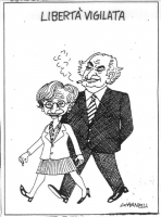 """VIGNETTA """"Libertà vigilata"""". Emma Bonino, e, dietro di lei, Marco Pannella. La vignetta di Giannelli, apparsa sul """"Corriere della sera"""", si riferisce"""