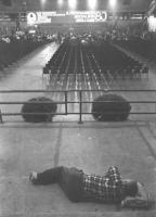 """""""22° congresso PR. Vista della sala semivuota. Banner: """"""""il protagonista socialista degli anni '80"""""""" con logo PR. In primo piano un congressista dorme"""