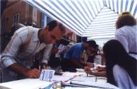 Referendum days (tre giornate di mobilitazione straordinaria di raccolta firme sui 20 referendum). Un tavolo romano (Campo de' Fiori?)
