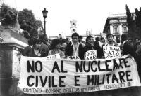 """Manifestazione sulla scalinata del Campidoglio contro la Nato. Alcuni manifestanti sollevano uno striscione su cui è scritto: """"No al nucleare civile e"""