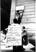 """Manifestazione in occasione dell'anniversario dello scoppio della bomba di Hiroshima. La targa di via XX settembre viene sostituita con la targa: """"Via"""