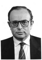 Ritratto di Enzo Mattina, eurodeputato (Gruppo Progressista Federativo). Iscritto al Partito Radicale. Mezzo busto, frontale.