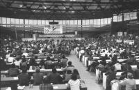 29° congresso PR. Visione d'insieme della sala con palco, Banner, logo PR e congressisti seduti. (BN) buona