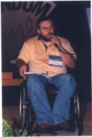 Ritratto di John Fischetti, militante radicale, a figura intera (in occasione del Quinto Congresso Italiano del Partito Radicale).