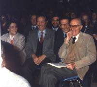 Indro Montanelli, ultimo a destra della foto, seduto e sorridente, nella platea del 32° Congresso del Partito Radicale.