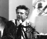 Ritratto a mezzo busto di tre quarti  di Gianluigi Melega (in occasione del 32° Congresso - I sessione del Partito Radicale).