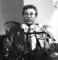 Ritratto di Pino Caruso, alla tribuna del 32° congresso - I sessione, del Partito Radicale.
