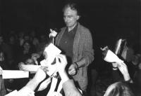 In occasione delle elezioni politiche, Marco Pannella - che invita al boicottaggio delle elezioni - brucia in piazza i certificati elettorali.