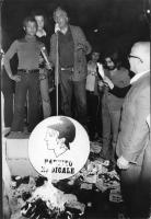 In occasione delle elezioni politiche, Marco Pannella, che invita al boicottaggio, brucia i certificati elettorali. Nella foto: Pannella in figura int