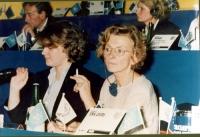 Emma Bonino e Rita Bernardini sedute alla tribuna di un congresso del Partito Radicale transnazionale, all'hotel Ergife di Roma.