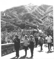 Emma Bonino a fianco di Dacia Maraini, sulla muraglia cinese. Nelle altre: momenti del viaggio in Cina, anche con Susanna Agnelli e Tina Anselmi, con