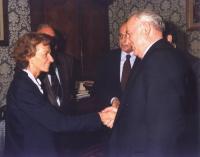 Emma Bonino stringe la mano a Gorbaciov. Si riconoscono, in secondo piano, Alfredo Biondi e Giorgio Napolitano.