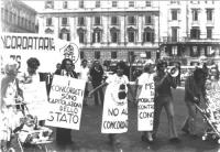 """Marcia anticoncordataria. A piazza San Giovanni, corteo radicale, con al centro Emma Bonino. Si leggono i cartelli: """"I concordati sono capitolazioni d"""