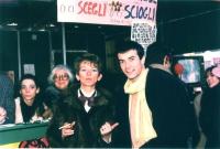 Nell'ambito della campagna per i 10.000 iscritti al Partito Radicale, Emma Bonino, vistosamente truccata, con una pelliccia e un papillon, insieme all