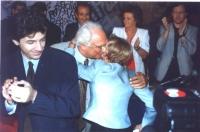 Pannella abbraccia Emma Bonino, nel corso del 5° Congresso Italiano del Pr. Intorno, plaudenti e sorridenti, si riconoscono: Marco Cappato (in primo p