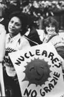"""""""Rosa Filippini con un cartello al collo con il logo del sole che ride e la scritta: """"""""nucleare? No grazie"""""""". (BN) """""""