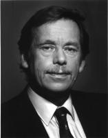 Ritratto di Vaclav Havel (primo piano, frontale, bianco e nero).